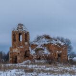 Еще один заброшенный храм в заснеженных полях Умчено